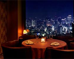銀座方面には個室風のテーブル席がございます。