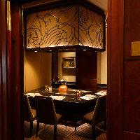 重厚な扉の先にある上質でエレガントな完全個室は2〜4名様まで