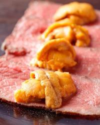 黒毛和牛ローストビーフはウニと肉汁が混ざり合って絶品の一言