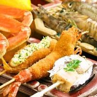 肉や魚、野菜など四季折々の串カツを約30種次々に揚げていきます