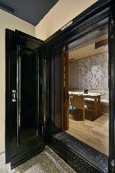 100年前の蔵の扉を使用した個室