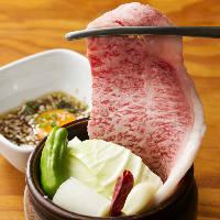 フルーツ5種を使用した秘伝ダレに漬込んだ壺漬けカルビは必食!