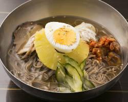 飲んだ〆にツルツルっとした喉越しと出汁スープが自慢の韓国冷麺