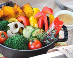 野菜の甘味と旨味を凝縮させた蒸し焼きバーニャカウダ