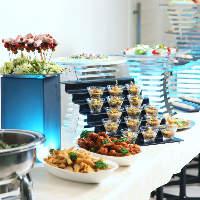 季節の旬な素材を使った料理をコースやビュッフェで楽しめます