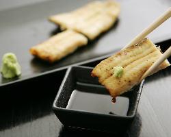 鰻本来の味を存分に愉しめる白焼。山葵醤油で シンプルに。