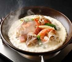 海鮮にベーコンを入れ濃厚チーズをタップリかけた逸品です。