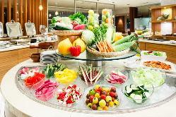 〈ディナー〉野菜バーは、バーニャカウダやピクルスも楽しめる