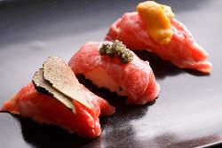 【肉寿司】 コースのアミューズに登場する肉寿司