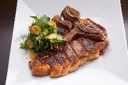 【豊富な肉料理】 豪快にかぶりつきたいTボーンステーキなど