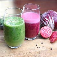 ≪手軽なスムージーも人気≫ 赤野菜フルーツや青野菜がたっぷり