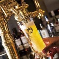 生ビールを一気に注ぎ切る匠の技。