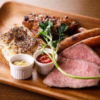 自慢の肉料理をワンプレートに盛り合わせた「ミートプラッター」