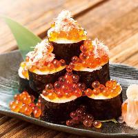 握り寿司は定番ネタからいくらのこぼれ巻き寿司など変わり寿司も