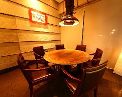 入口袖側丸テーブル:4名様以上でゆったりお食事を楽しめます。