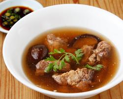 シンガポールの定番スープ 肉骨茶(シンガポール式バクテ)