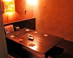 やさしい灯かりの半個室。 ゆっくりと時間が流れます・・・。