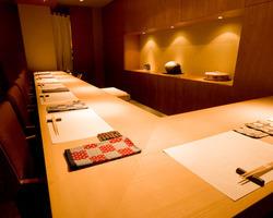 檜のカウンターで各地よりすぐりの・日本酒・本格焼酎・お選び頂けます