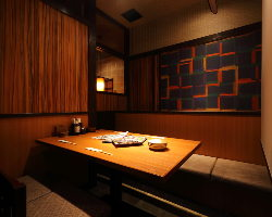 しっとりした半個室席は女子会、デートにぴったり大人の空間