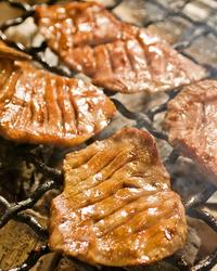 目の前で、鉄板、炭火焼、刺身、煮物、デキタテです。
