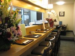 【カウンター席】 奥には、6名様のテーブル席もご用意。