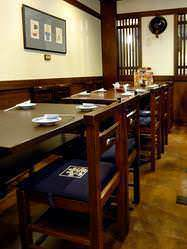 【半個室】 テーブルの半個室(12名様用)は靴を脱ぐ手間なし