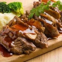 【逸品料理】 霜降り牛たんステーキとフォアグラの挟み焼きなど