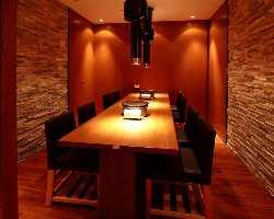 【8名様までの個室】 少し落とした照明と内装が落ち着く個室