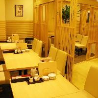 白木基調の本厚木店は個室風テーブル席とカウンター席の2種類。