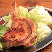 『名物』骨付き鶏もも肉の炭火焼 680円