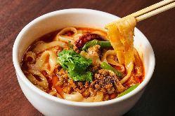 本場中国西安の一流麺点師たちの華麗な手捌きもお楽しみください