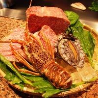 一階の鉄板焼カウンターは旬な食材を目の前で調理!