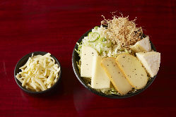 新作「4種のチーズもんじゃ」 1180円税抜 特製バジルソース付