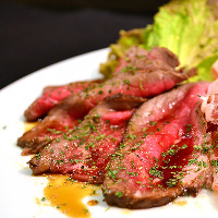 肉バル料理を多数用意。宴会コースも2,480円~とリーズナブル!