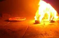 ピッツァは本格的な石窯で焼きます! (もちろん薪です♪)