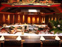 美食カウンターにはアイスベッドに食材が並ぶ