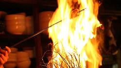 不動の名物!迫力の炎で仕上げる【藁焼き鰹の塩タタキ】は必食!