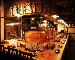 【1階】臨場感溢れるオープンキッチンのカウンター席