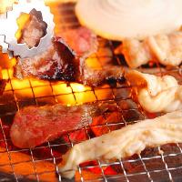 本格炭火焼の焼肉と自家製タレをつけれてお召し上がりください
