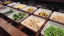 サラダバーは、毎日入荷する新鮮野菜が並びます。アボカドは毎日