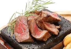 ディナータイムはお肉料理も充実しております。