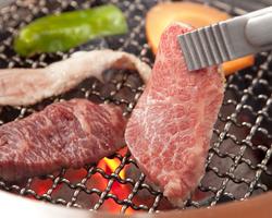 炭火で焼くA5ランクの黒毛和牛 お口の中でとろけます!