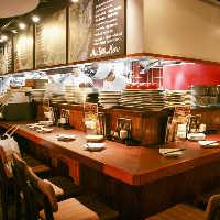 ライブ感あふれるオープンキッチンのカウンターは特等席です。