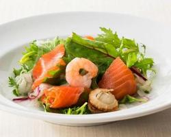 スモークサーモンと魚介のサラダ