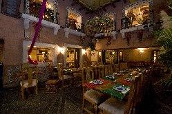 洞窟のような店内はまるで、メキシコの街のような空間です。