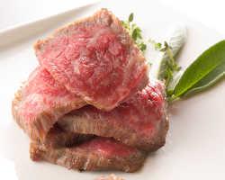 噛むほどに旨み溢れ出す熟成肉♪口に入れた瞬間に広がります