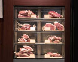 まさに芸術品!!こだわりの熟成肉がディスプレイされた冷蔵庫