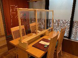 テーブル席には飛沫感染防止パネルを設置しています。