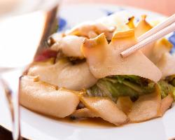 限定のアワビバタヤキ。独特の食感と上品な甘味が格別の逸品。