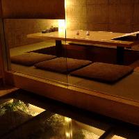 照明のやわらかい光が包み込みます。掘り炬燵個室5~14名。